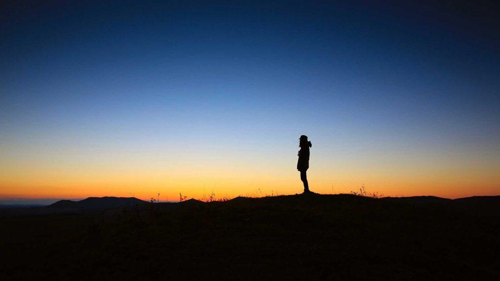 Cette approche permet à toute personne concernée de se débarrasser de façon rapide, facile et définitive, de toutes les réactions émotionnelles négatives qui lui posent problème dans sa vie et qui souvent l'empêchent de mieux réussir ou de s'épanouir davantage.