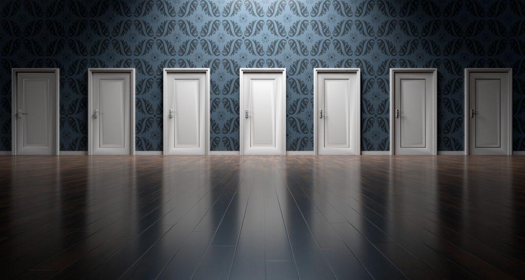 """Par exemple, un thérapeute pourrait dire """"Imagine-toi marcher vers une porte"""". Il n'y a aucune mention du type de porte, de sa couleur, de sa poignée, etc., ce qui permet au patient de façonner son expérience. pour eux-mêmes."""